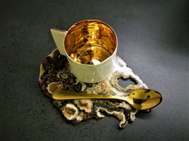 Copo e ouro de café fotografia de stock royalty free