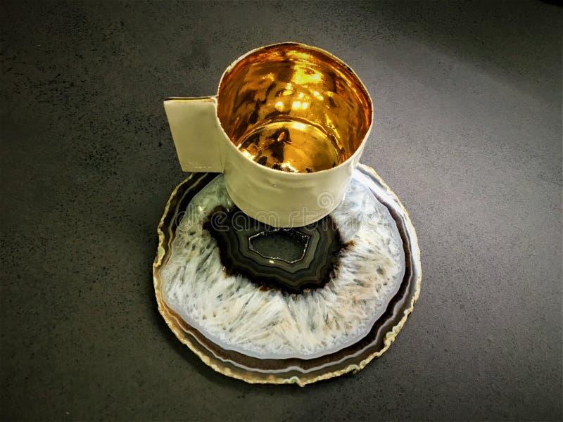Copo e ouro de café imagem de stock