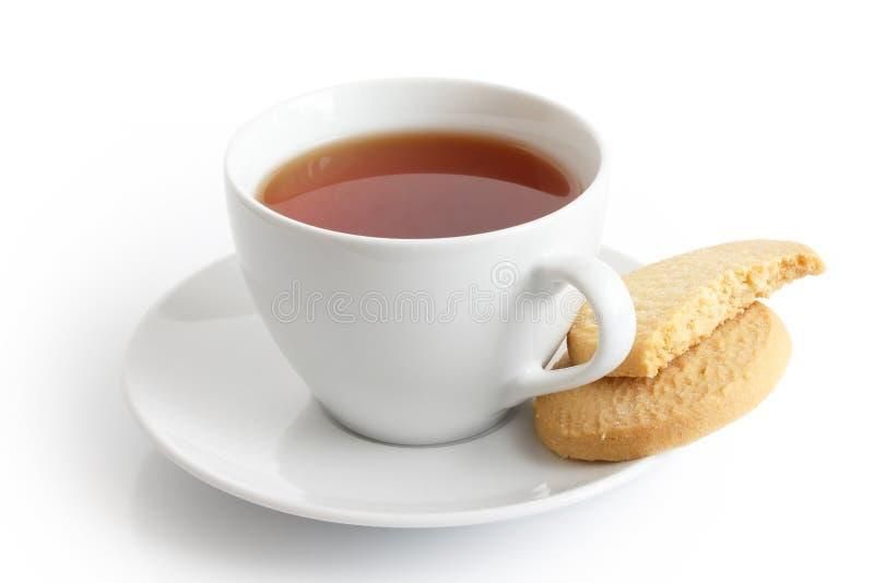 Copo e pires cerâmicos brancos com os biscoitos do chá e do biscoito amanteigado Mim imagem de stock royalty free