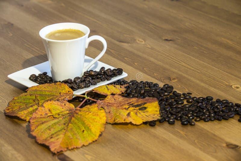 Copo e pires de café em uma tabela de madeira imagens de stock