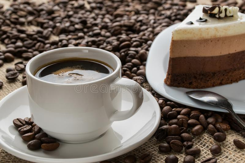 Copo e pires do café espumoso do cappuccino fotos de stock royalty free