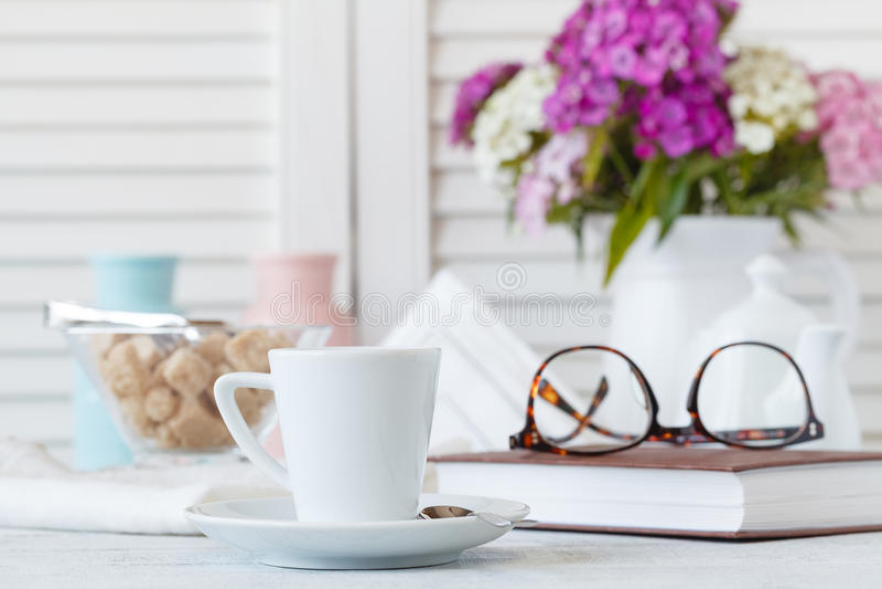 Copo e placa de café chique gasto do estilo imagem de stock royalty free