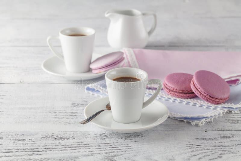 Copo e placa de café chique gasto do estilo com cookie do bolinho de amêndoa imagens de stock