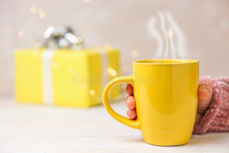 Copo e presente de Natal amarelos foto de stock royalty free