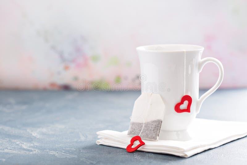 Copo e saco de chá para o dia de Valentim fotos de stock royalty free
