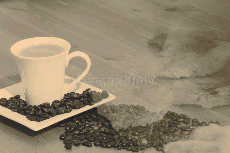 Copo e saucer de café em uma tabela de madeira fotografia de stock