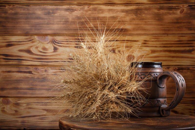 copo e trigo da cerveja imagens de stock