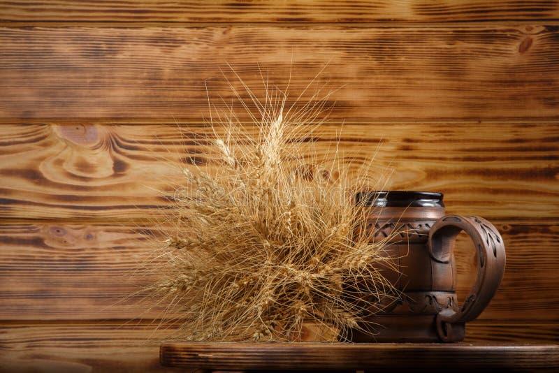 copo e trigo da cerveja imagem de stock