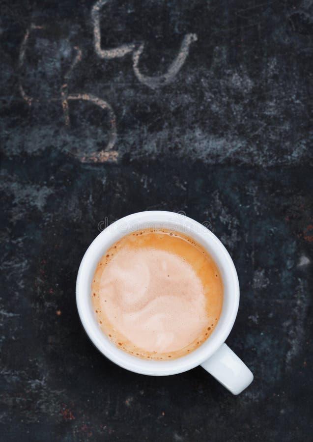 Copo Frothy do cappuccino recentemente fabricado cerveja foto de stock
