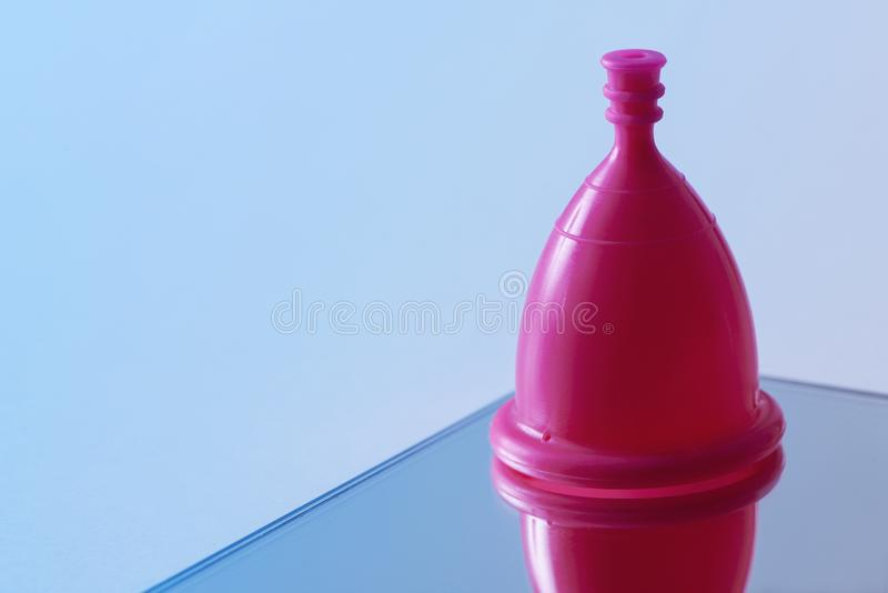 Copo menstrual cor-de-rosa foto de stock royalty free