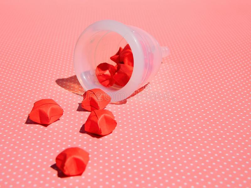Copo menstrual no fundo cor-de-rosa foto de stock royalty free