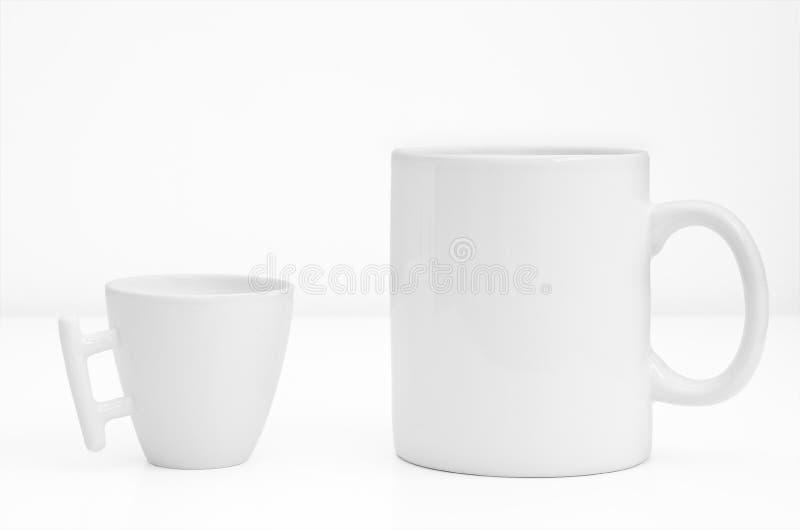 Copo ou caneca de dois brancos isolado no fundo branco fotografia de stock royalty free