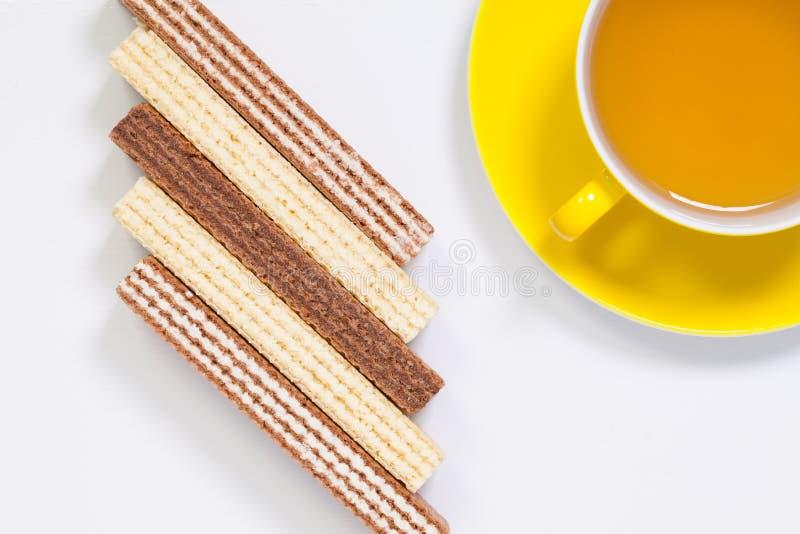 Copo perfeito do chá na tabela de madeira com bolachas doces imagem de stock royalty free