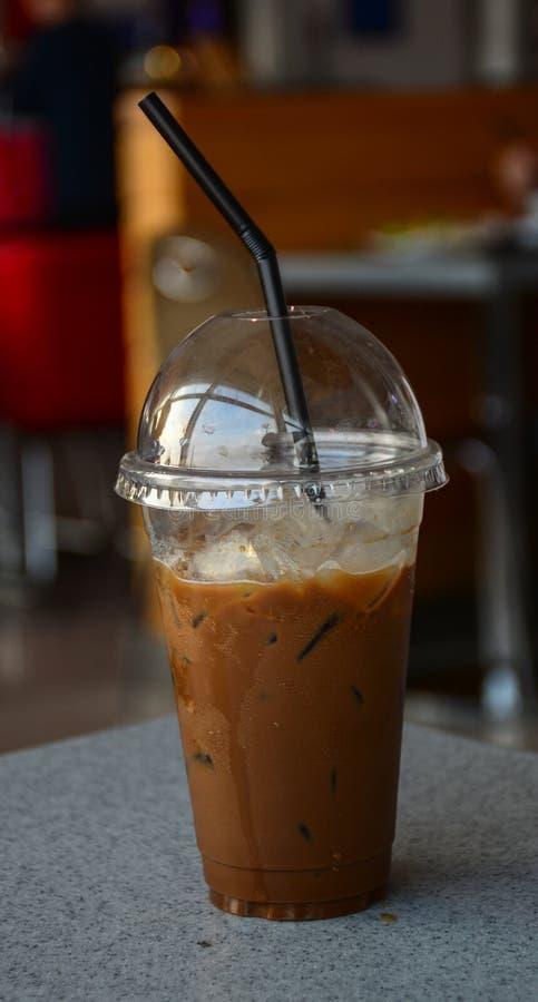 Copo plástico do café congelado com leite imagem de stock