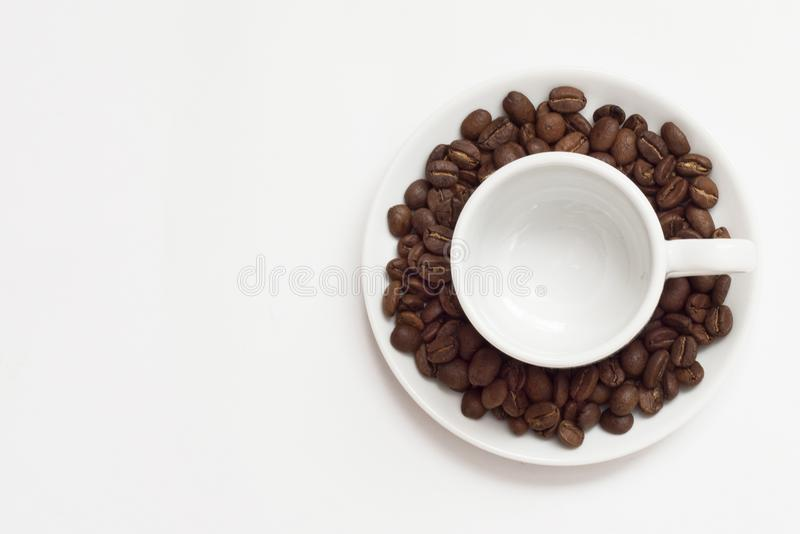 Copo vazio com feijões de café fotos de stock royalty free