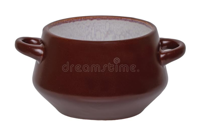 Copo vazio da sopa isolado Close-up de um copo cerâmico marrom vazio da sopa isolado em um fundo branco Molde para sua exposição imagens de stock royalty free