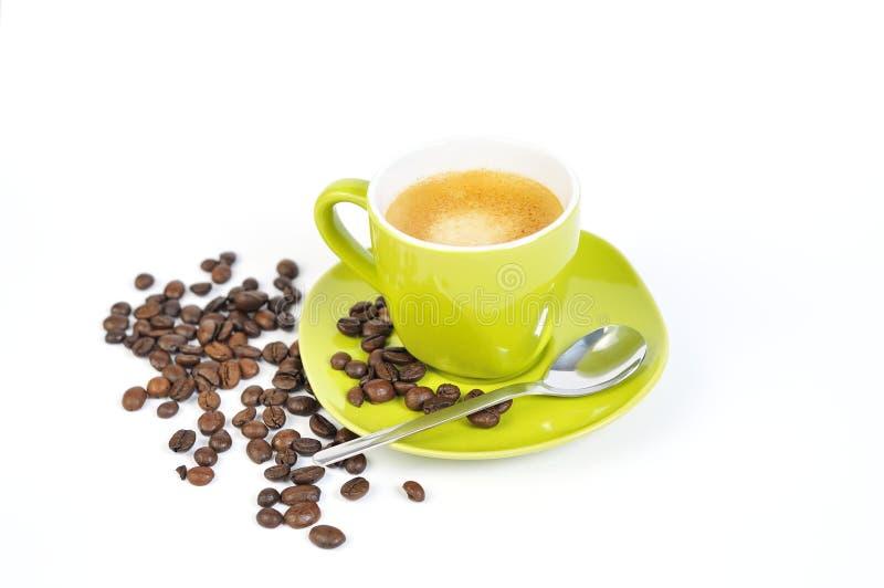 Copo verde do café com feijões de café e colher 2 imagem de stock