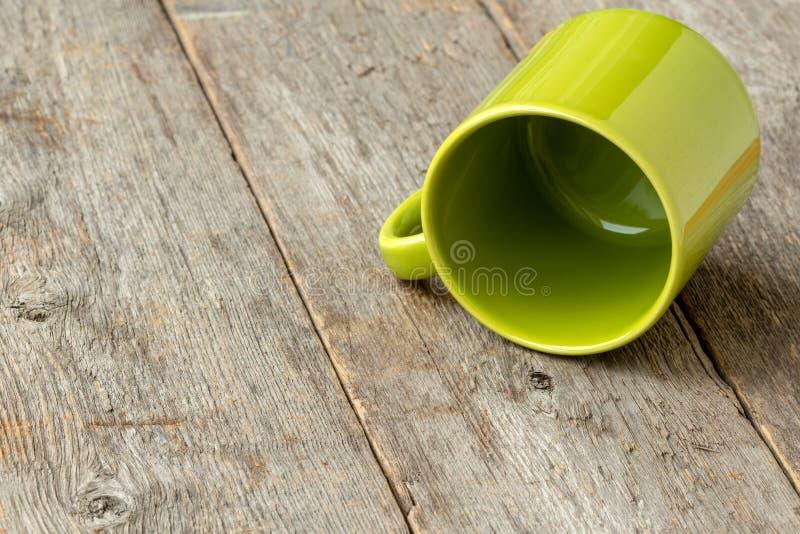 Copo verde virado fotografia de stock royalty free