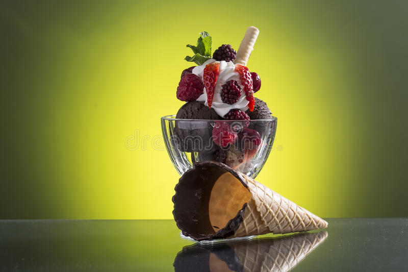 Copo vermelho colorido do berrie com gelo e chantiliy do chocolate imagens de stock royalty free