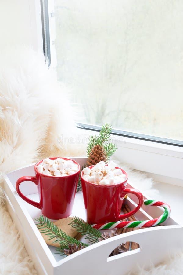 Copo vermelho do chocolate quente com o marshmallow na soleira Conceito do fim de semana Estilo home Manhã de Natal imagens de stock