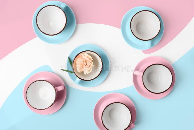 Copos azuis e cor-de-rosa da porcelana elegante no fundo abstrato imagens de stock
