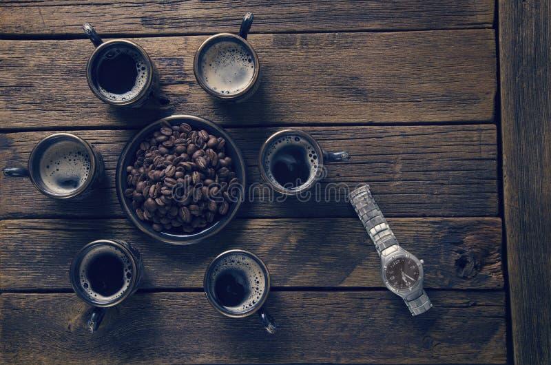 Copos com café quente fotografia de stock royalty free