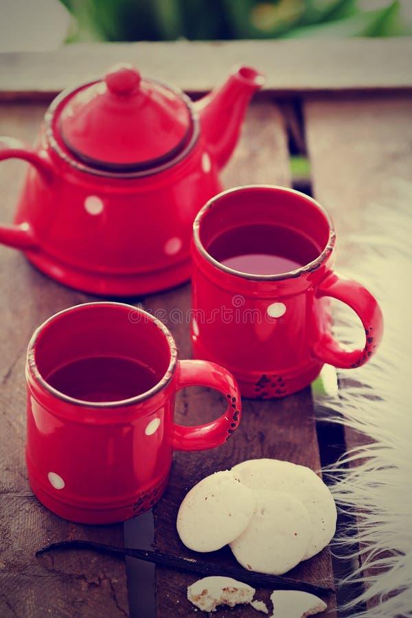 Copos com chá, bule e cookies foto de stock royalty free