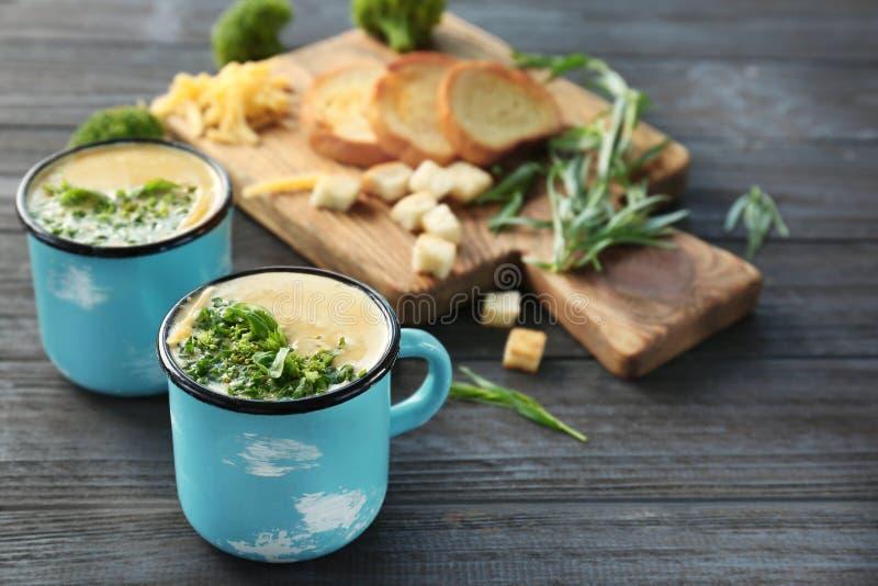 Copos com sopa do queijo Cheddar dos brócolis foto de stock