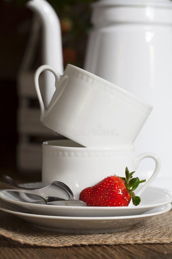 Copos de café branco e morangos 2 imagens de stock