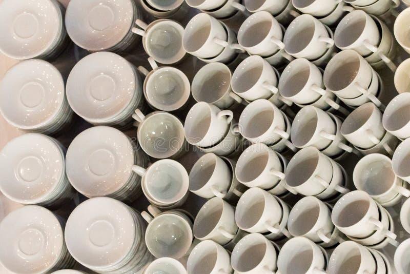 Copos de café branco nas fileiras na tabela Copo preparado para a bebida quente tal como o café ou o chá no café ou no restaurant foto de stock royalty free