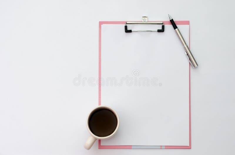 Copos de café da pena do modelo, papel de nota dos fones de ouvido colocado em uma vista superior de madeira foto de stock