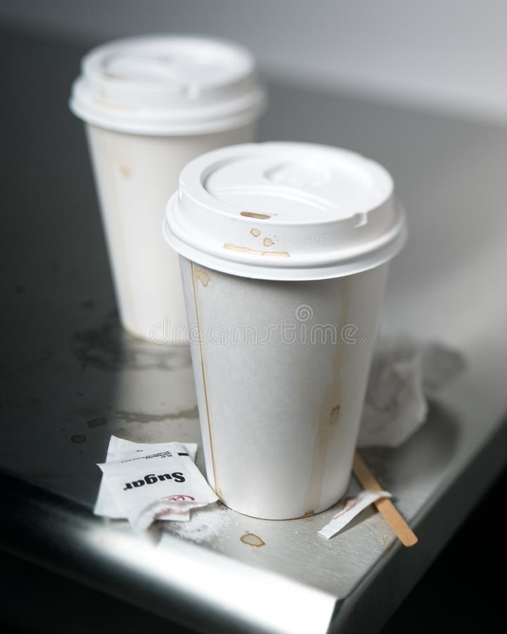 Copos de café do papel do foco seletivo a ir no contador do café fotos de stock