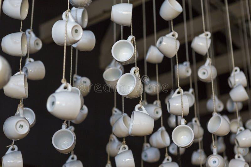 Copos de café e feijões de café frescos ao redor imagens de stock