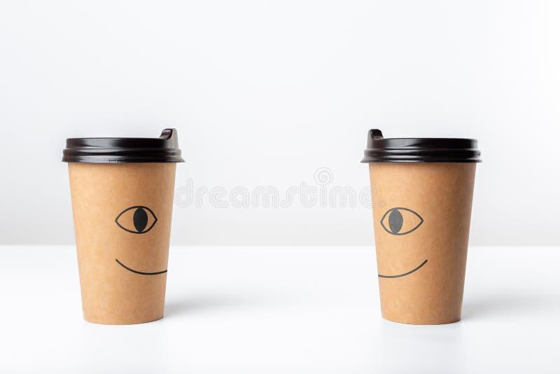 Copos de café felizes do ofício no fundo branco imagem de stock