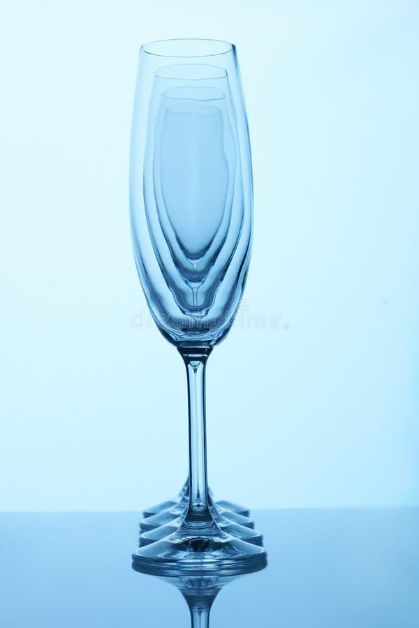 Copos de champanhe de vidro em seguido imagem de stock