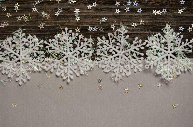 Copos de nieve en la plata y el fondo oscuro imagen de archivo libre de regalías