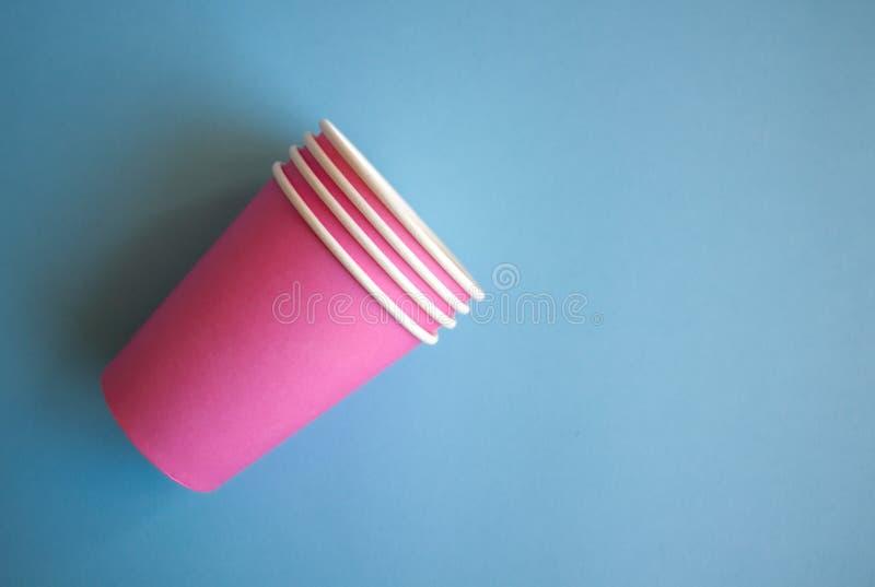 Copos de papel cor-de-rosa fotos de stock