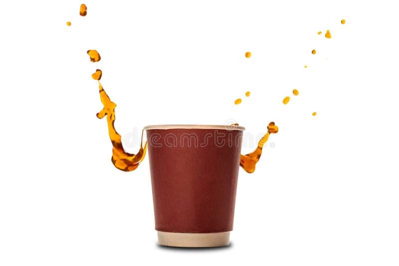 Copos de papel descartáveis com o respingo do café isolado no branco fotografia de stock