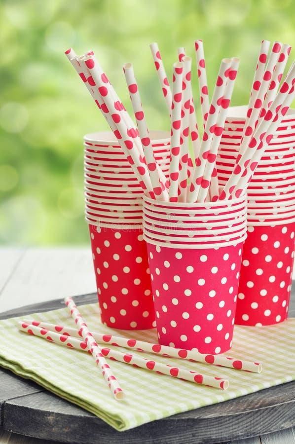 Copos de papel vermelhos e palhas listradas fotos de stock royalty free