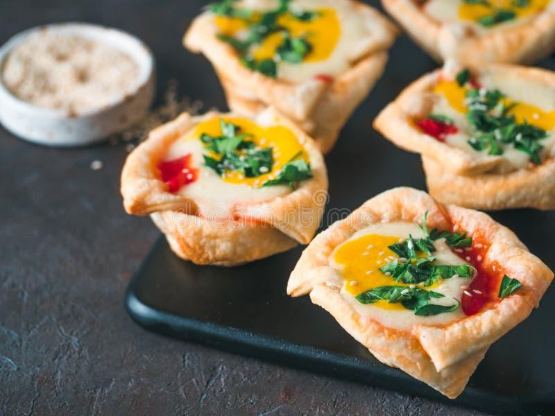 Copos de Shakshouka do vegetariano com os ovos do tofu do vegetariano imagem de stock