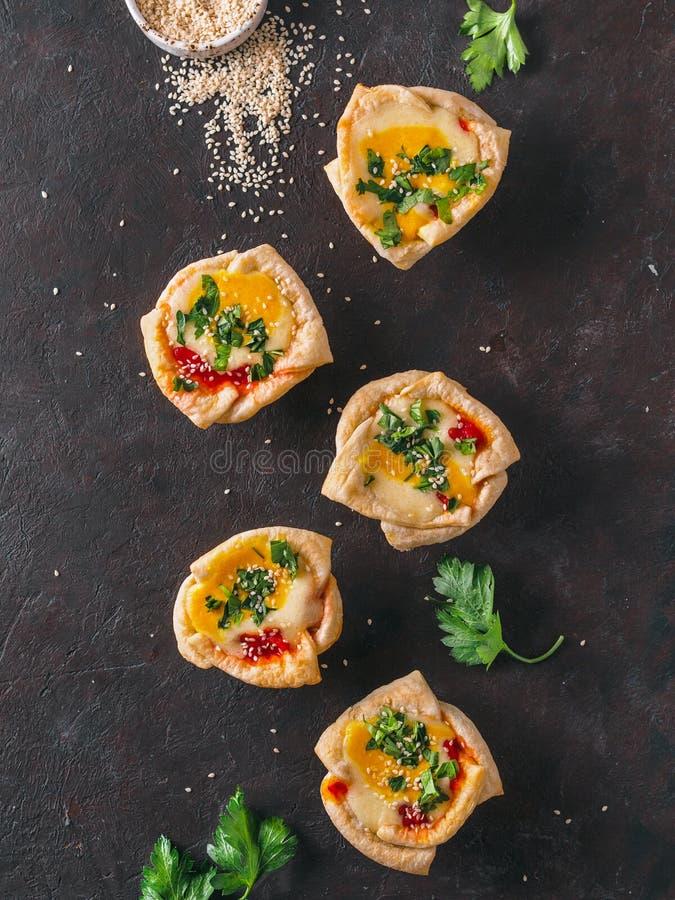 Copos de Shakshouka do vegetariano com os ovos do tofu do vegetariano imagens de stock