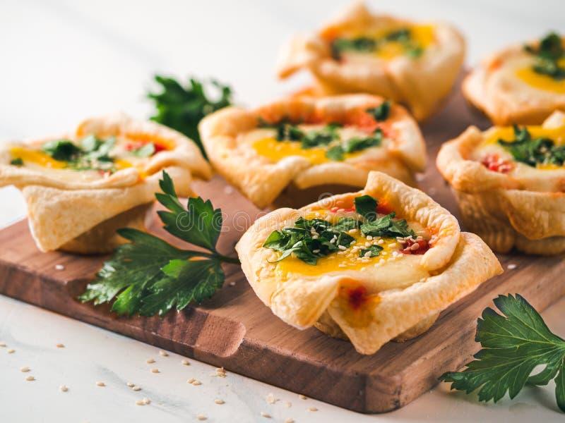 Copos de Shakshouka do vegetariano com os ovos do tofu do vegetariano fotografia de stock royalty free