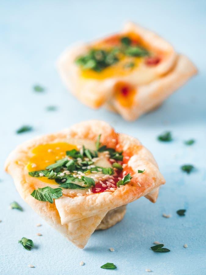 Copos de Shakshouka do vegetariano com os ovos do tofu do vegetariano fotos de stock royalty free