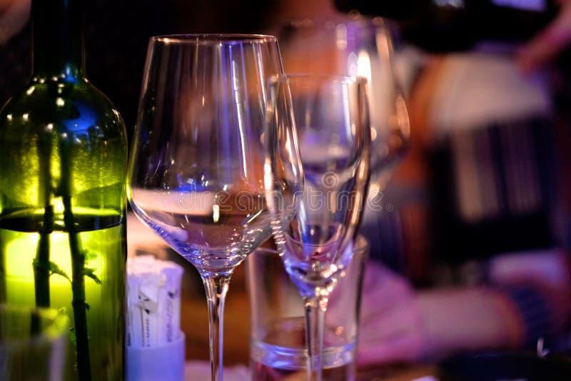 Copos de vinho do vidro fino em uma tabela foto de stock royalty free