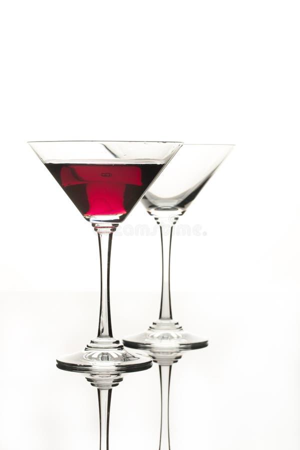 Copos de vinho em um fundo de vidro preto do estúdio fotos de stock royalty free