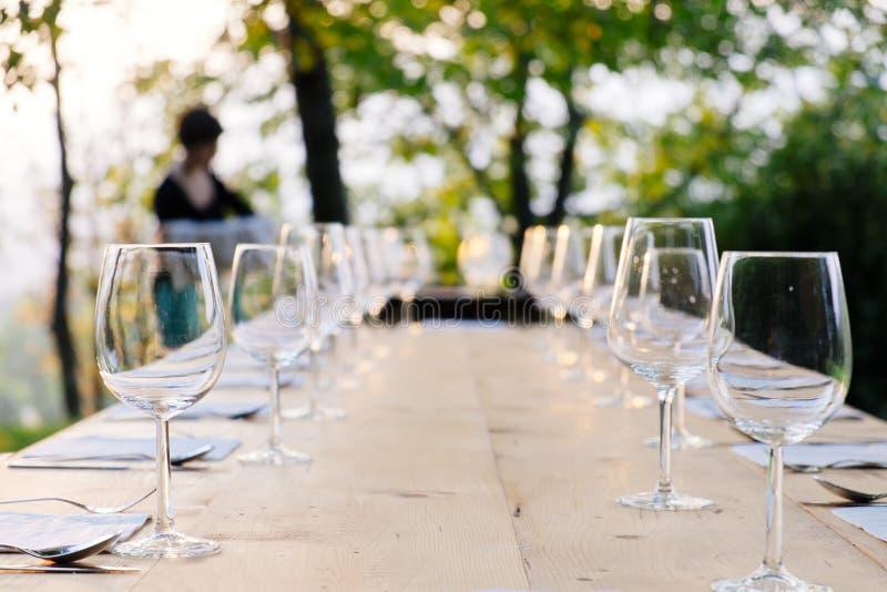 Copos de vinho na tabela fotos de stock