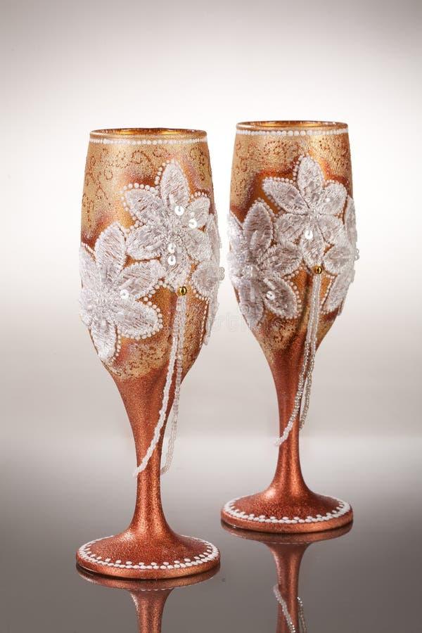Copos de vinho no fundo de vidro fotografia de stock royalty free