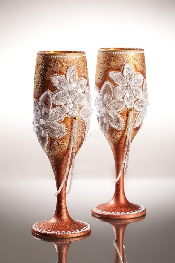 Copos de vinho no fundo de vidro imagens de stock royalty free