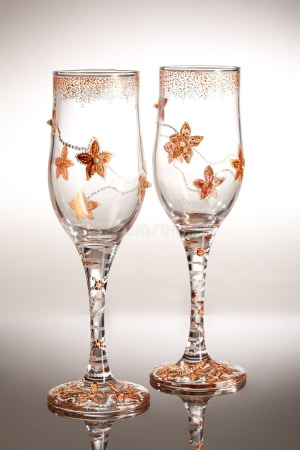 Copos de vinho no fundo de vidro fotos de stock royalty free