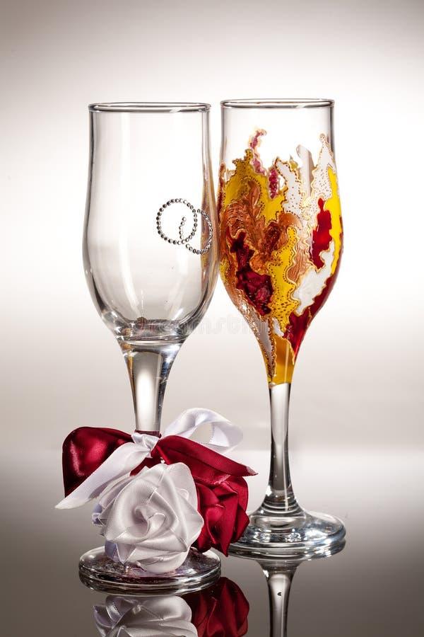 Copos de vinho no fundo de vidro imagem de stock royalty free